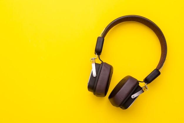 Widok z góry na czarne słuchawki lub zestaw słuchawkowy.