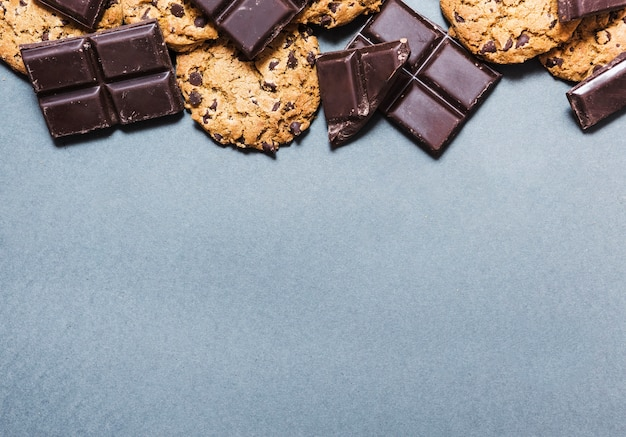 Widok z góry na czekoladową ramkę z ciasteczkami