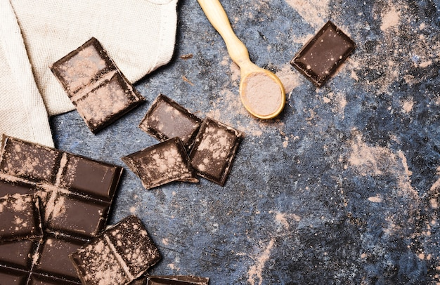 Widok z góry na czekoladowe tabletki ze szmatką i łyżką