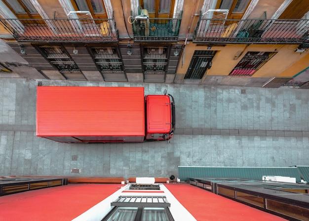 Widok z góry na czerwoną ciężarówkę na ulicy