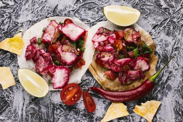 Widok z góry na czerwoną kapustę, cytrynę i tortille