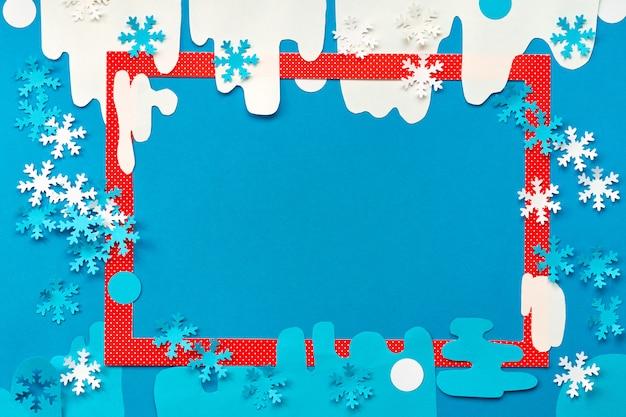 Widok z góry na czerwoną ramkę na streszczenie tło zima papieru z płatki śniegu