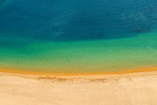 Widok z góry na czystą playa de las teresitas. słynna plaża na północy teneryfy, w pobliżu santa cruz. tylko jedna plaża ze złotym piaskiem z pustyni sahara. wyspy kanaryjskie, hiszpania