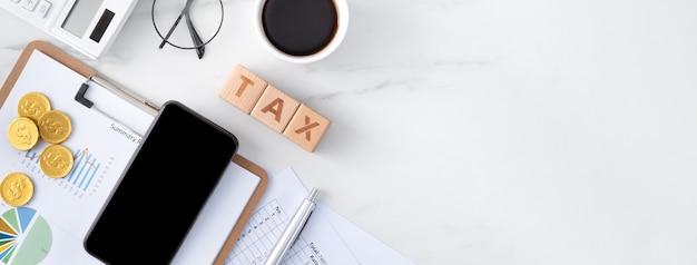 Widok z góry na czytanie przeglądu i obliczanie, płacenie podatku za pomocą smartfona z internetu.