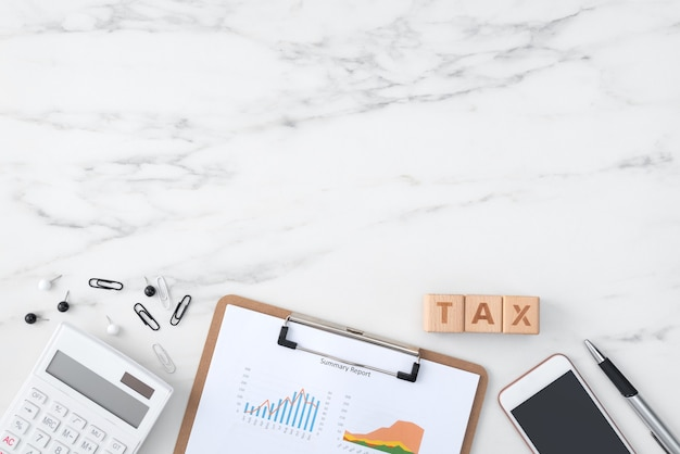 Widok z góry na czytanie przeglądu i płacenie podatku za pomocą smartfona z internetu