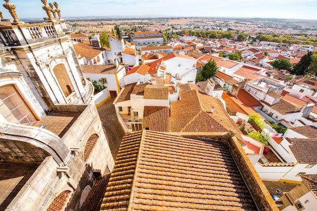 Widok z góry na dachy starego miasta evora w portugalii
