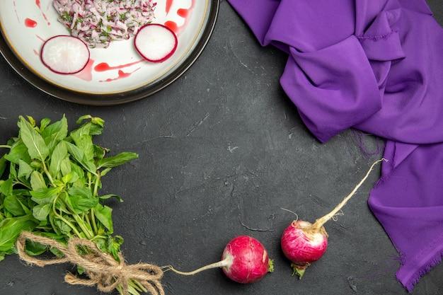 Widok z góry na danie apetyczne danie z sosem rzodkiewki, ziołami i fioletowym obrusem