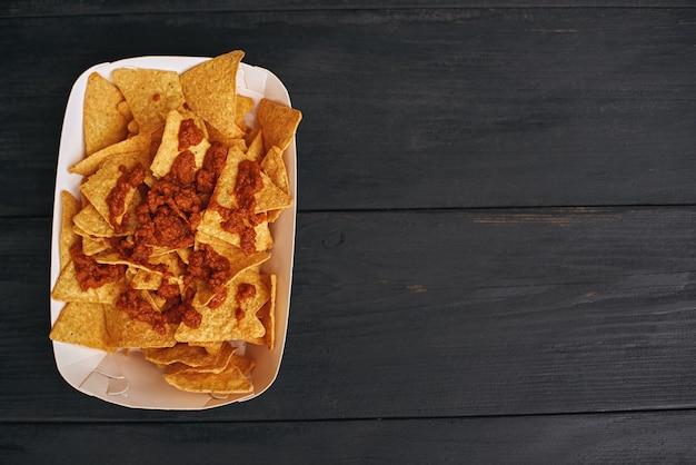 Widok z góry na danie meksykańskie nachos con carne koncepcja kuchni meksykańskiej