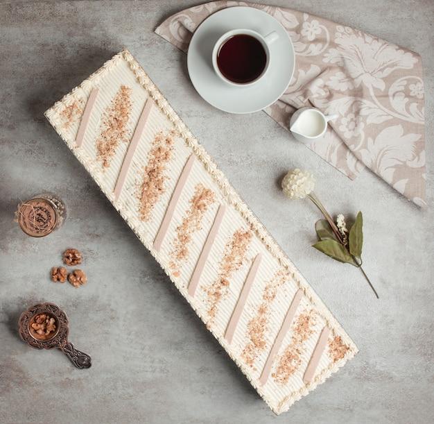 Widok z góry na długie ciasto absherońskie podawane z herbatą