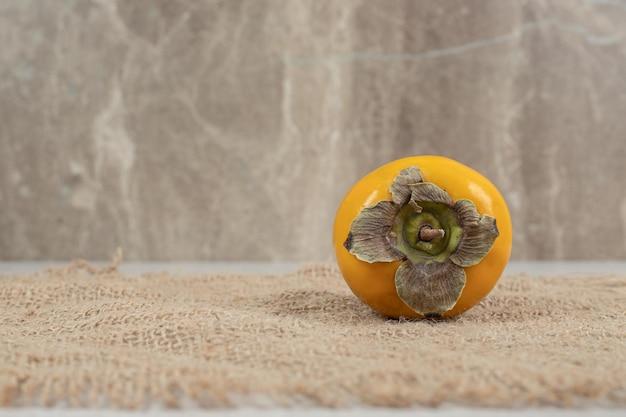 Widok z góry na dojrzałe pyszne persimmon na płótnie