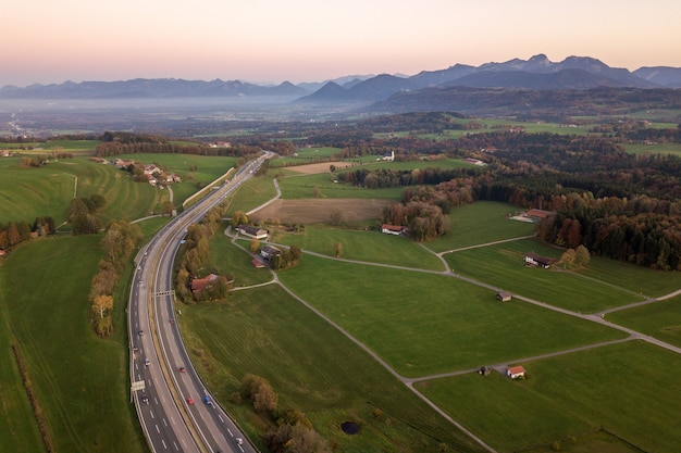 Widok z góry na dół autostrady międzystanowej z poruszającymi się samochodami drogowymi na obszarach wiejskich.
