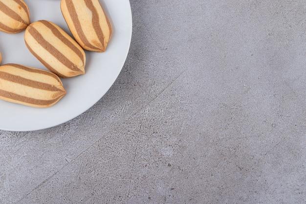 Widok z góry na domowe ciasteczka na białym talerzu.