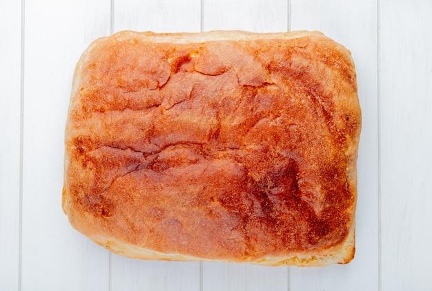 Widok z góry na domowy chleb na drewnianym stole