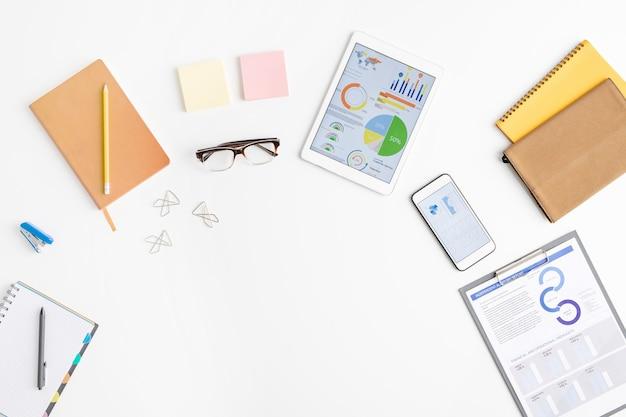 Widok z góry na dostawy pracownika biurowego lub maklera, w tym dokumenty finansowe w schowku
