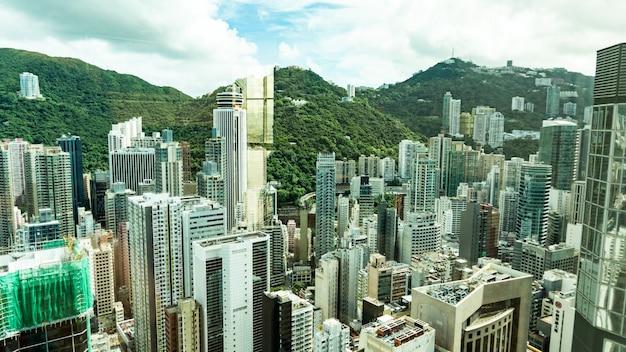 Widok z góry na drapacze chmur w wielkim mieście. centra finansowe i biznesowe w hongkongu.