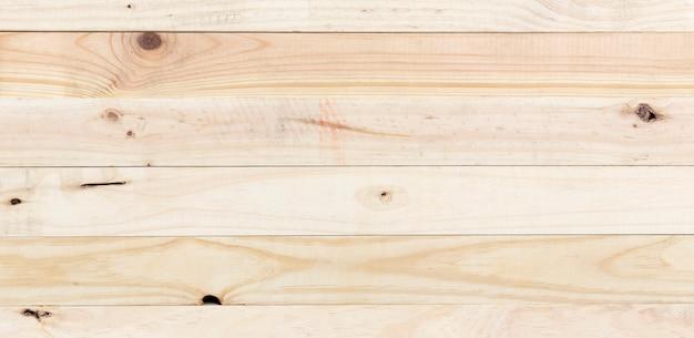 Widok z góry na drewnianą deskę wykonaną z naturalnych listew sosnowych.
