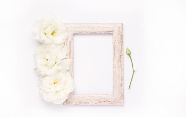 Widok z góry na drewnianej ramie z delikatnymi kwiatami