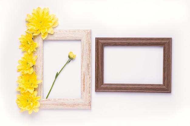 Widok z góry na drewnianej ramie z żółtymi kwiatami