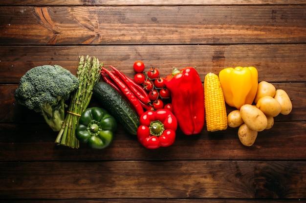 Widok z góry na drewniany stół pełen świeżych warzyw