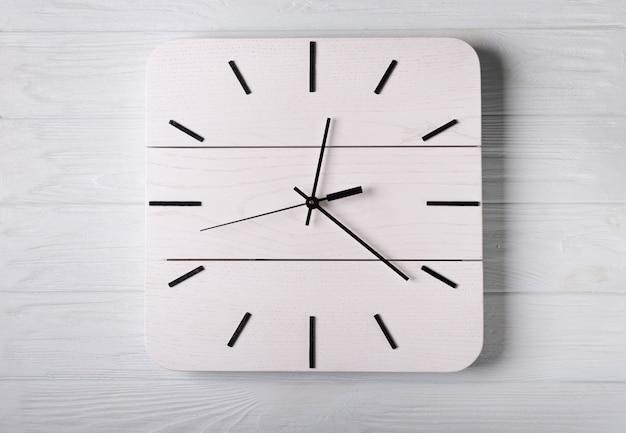 Widok z góry na drewniany zegar bez zegarka, koncepcja czasu bez czasu, drewniane biurko, na którym można umieścić sformułowanie kopii, tworzenie czasu bez pojęcia czasu