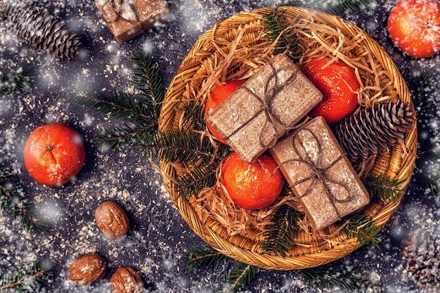 Widok z góry na drobne upominki z dekoracją świąteczną