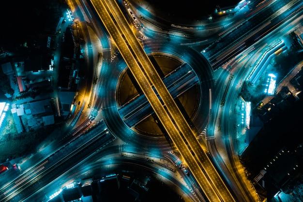 Widok z góry na drogę ekspresową, ruch drogowy jest ważną infrastrukturą w tajlandii