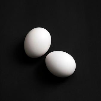 Widok z góry na dwa jajka