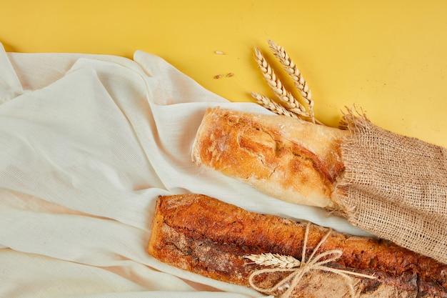 Widok z góry na dwie bagietki koncepcja chleba domowego, mała piekarnia, lokalne jedzenie,