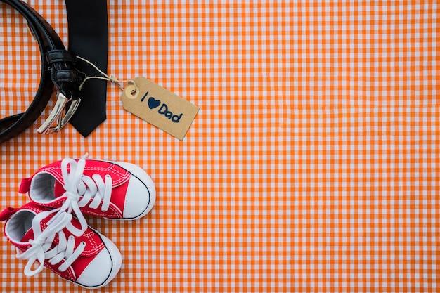 Widok z góry na dzień ojca kompozycji z pasa i butów