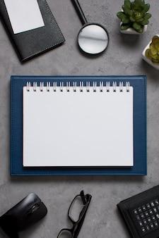 Widok z góry na dzień szefa z notatnikiem