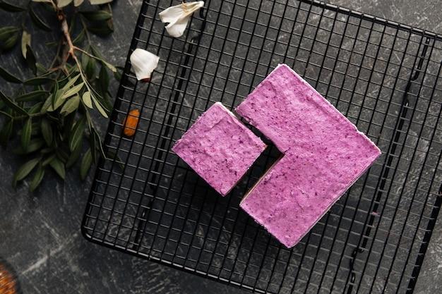 Widok z góry na ekologiczne ciasto jagodowe no bake na metalowej siatce
