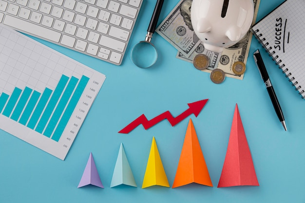 Widok z góry na elementy biznesowe z wykresem wzrostu i kolorowymi stożkami