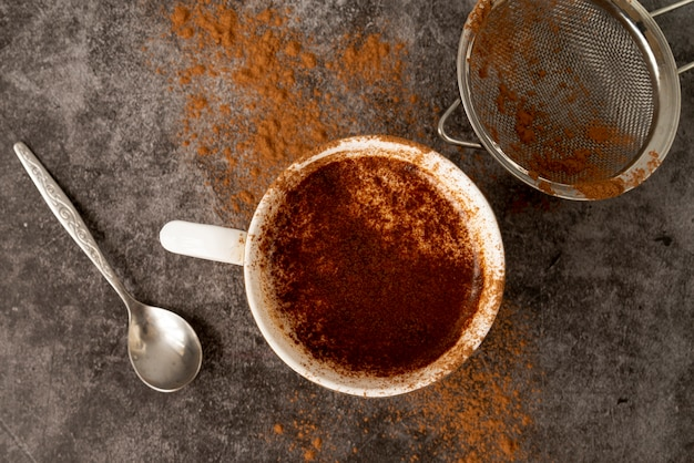 Widok z góry na filiżankę kawy z kakao w proszku