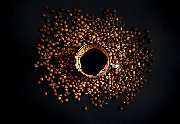 Widok z góry na filiżankę kawy z ziaren kawy