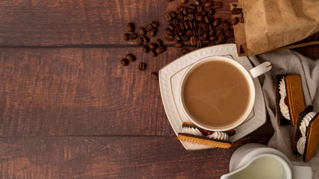 Widok z góry na filiżankę kawy ze słodyczami