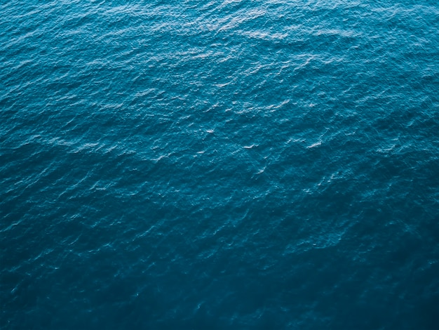 Widok z góry na głębokie zimne morze, tekstura małych fal. tło ciemnego morza.