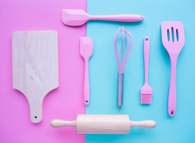 Widok z góry na gotowanie, naczynia piekarnicze, narzędzia.