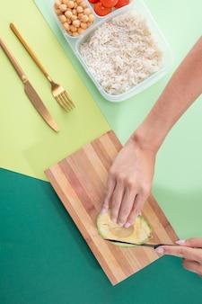 Widok z góry na gotowanie wsadowe ze zdrową żywnością