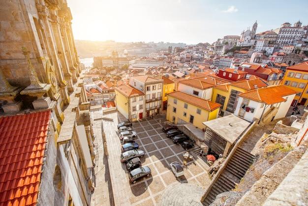 Widok z góry na gród na placu w pobliżu kościoła igreja dos grilos w mieście porto, portugalia