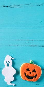 Widok z góry na halloween świąteczne zdobione pieczone ciasteczka z piernika cukrowego pudrem na niebieskim tle z miejsca na kopię i płasko świeckich.