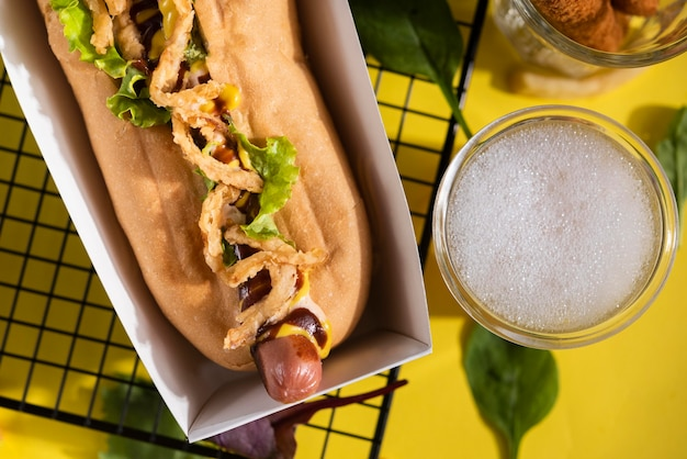 Widok z góry na hot doga z sałatką i napojem