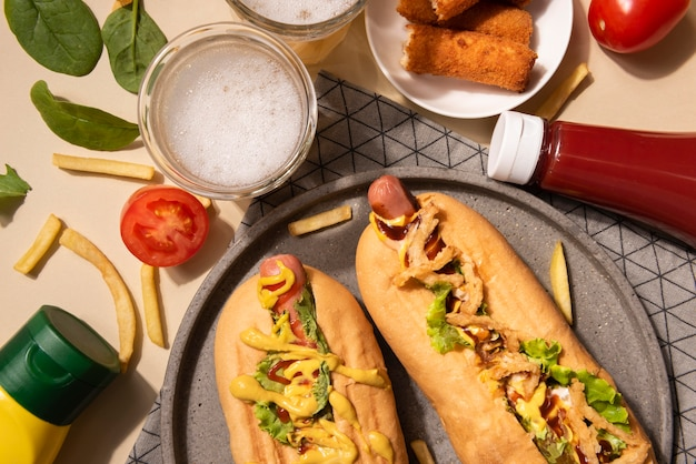 Widok z góry na hot dogi z musztardą i keczupem