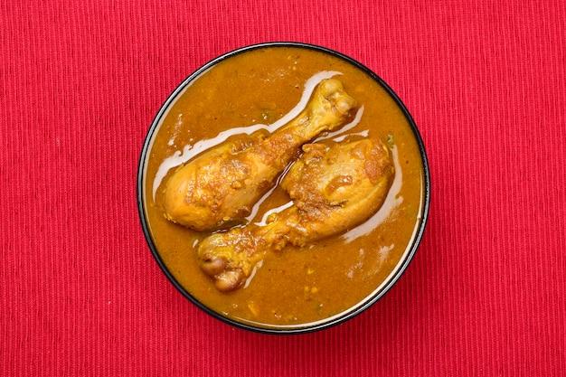 Widok z góry na indyjskie curry z kurczaka curry masala curry z kurczaka w misce