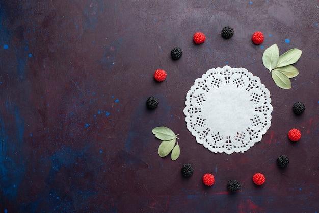 Widok z góry na jagody konfitury zakreślone na ciemnej powierzchni