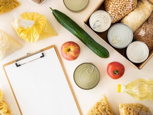 Widok z góry na jedzenie do darowizny i notatnik
