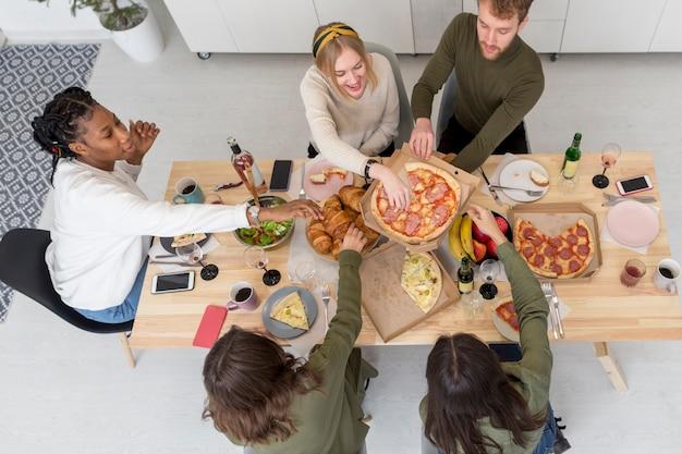 Widok z góry na jedzenie znajomych
