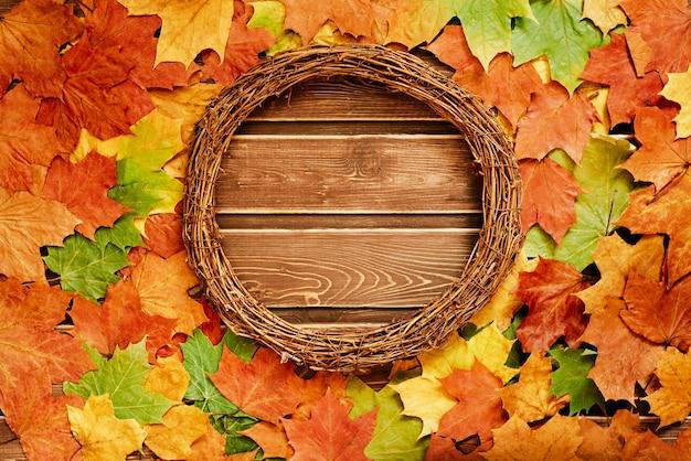 Widok z góry na jesienne liście z drewnianym wieńcem