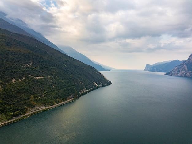 Widok z góry na jezioro lago di garda b alpejskiej scenerii. włochy.