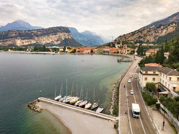 Widok z góry na jezioro lago di garda i miejscowość torbole, alpejskie krajobrazy. włochy.