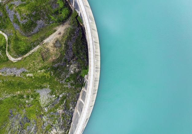 Widok z góry na jezioro przy drodze uchwycony w ciągu dnia